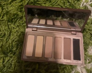 picture of a six pan eyeshadow palette in various shades of brown and beige neutral colours